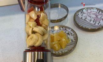 смузи-из-банана-и-апельсина-добавляем-очищенные-фрукты