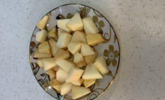 смузи с бананом и яблоком нарезаем яблоко